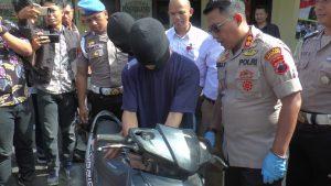 Tersangka pelaku menunjukkan caranya beraksi mencuri sepeda motor. (Foto atas) Deretan motor hasil kejahatan.