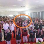 Bupati (berpeci) dan Wakil Bupati Rembang (baju merah) bersama peserta seminar menampilkan goyang ubur-ubur, Minggu (23/02).