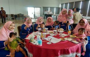 Saat mengikuti seminar, Ikatan Isteri Karyawan Semen Gresik mengajak anak mereka. (Foto atas) Citra Ayu Mustika, menyampaikan materi tentang keluarga bahagia.