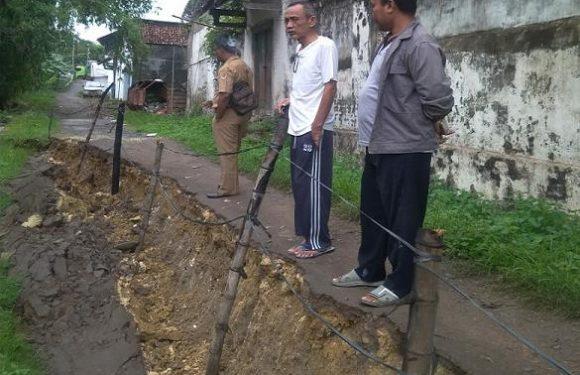 Jalan Longsor Meluas Di Pinggir Sungai Bagan, Anggota DPRD Beri Desakan