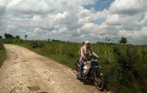 Warga melintas di jalan antara Sendangagung – Segoromulyo, Kec. Pamotan.