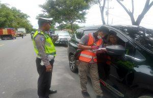 Petugas melakukan survei kepada pengguna jalan di jalur Pantura Rembang, Selasa (18/02), terkait rencana pembangunan jalan tol Demak – Tuban.