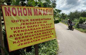 Tanda peringatan terpasang di Jembatan Desa Ngemplakrejo, Kecamatan Pamotan yang beton penyangganya ambruk.