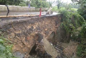 Jembatan di jalur alternatif antara Kabupaten Rembang dengan Kabupaten Pati di Desa Jatihadi, Kec. Sumber, kerusakannya semakin parah, Kamis (06/02).