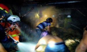 Suasana pemadaman api saat kebakaran di Desa Sukorejo, Kecamatan Sumber, Rabu malam (05/02).