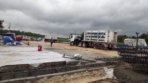 Suasana uji coba pengaliran gas yang terpantau di lokasi kilang Dusun Padas Desa Jatihadi Kecamatan Sumber.