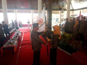 Vivit Dina Rini Atnasari menerima bendera KONI dari Bupati Rembang, Abdul Hafidz, Kamis (06/02).