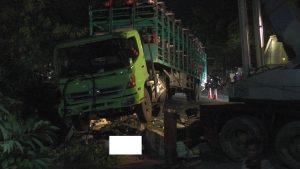 Saat truk diangkat derek, baru terlihat korban tergeletak di bawah kabin truk. (Foto atas) Suasana TKP kecelakaan dipenuhi warga, Minggu sore (02/02).