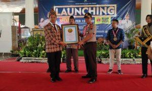 Ketua Umum Leprid, Paulus Pangka menyerahkan penghargaan kepada Kapolres Rembang, AKBP Dolly A. Primanto. (Foto atas) Kapolres Rembang, saat melaunching Millenial Penjaga Rembang (MPR), Sabtu (15/02).