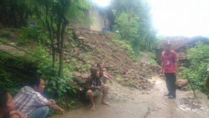 Petugas BPBD mengecek tebing longsor di Desa Manggar Kecamatan Sluke. (Foto atas) Tebing longsor di Desa Labuhan, Kamis (20/02).