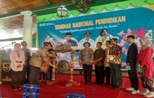 Bupati Rembang, Abdul Hafidz hadir dalam kegiatan seminar nasional pendidikan, di Pendopo Museum Kartini, Sabtu (29/02).