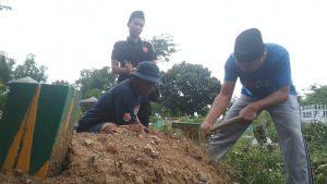 Bersih-bersih makam wartawan di Rembang, Minggu sore (09/02).