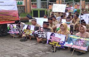 Perangkat desa dari Kecamatan Kaliori dan Sumber menggelar aksi demo di depan gedung DPRD Rembang, Senin (18/02).