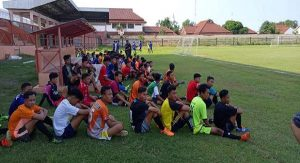Para pemain yang ikut seleksi pemusatan latihan. (Foto atas) Dari ratusan peserta, akhirnya terjaring 25 pemain untuk pemusatan latihan.