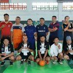 Sebelum bertanding, tim Futsal PWI Kab. Rembang (jongkok) foto bareng dengan tim futsal Bappeda, Sabtu pagi (08/02).