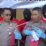Kapolres Rembang, AKBP Dolly A. Primanto & Wakapolres, Kompol Tamlikan menunjukkan barang bukti yang diamankan dari tangan 5 tersangka pengguna sabu-sabu, Kamis (13/02).