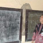 Bupati Rembang, Abdul Hafidz mengecek tembok di dalam kelas 6 SD N Ngroto, Kec. Pancur yang kondisinya sudah miring.