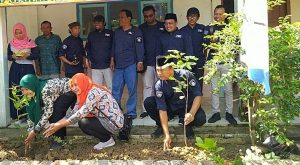 Penanaman bibit buah-buahan secara simbolis dan serba serbi kegiatan PWI Rembang di SD N Ngajaran Kecamatan Sale, Kamis (13/02).