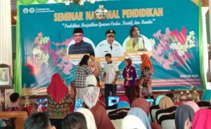 Suasana seminar nasional pendidikan di pendopo Museum Kartini Rembang, Sabtu. (Foto atas) Forum Anak Beasiswa (FABS) Rembang.