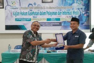 Direktur RSUD dr. R. Soetrasno Rembang dan Ketua PWI Rembang, Musyafa, di sela-sela kegiatan seminar kesehatan untuk menyemarakkan HUT ke-65 RSUD dr. R. Soetrasno.