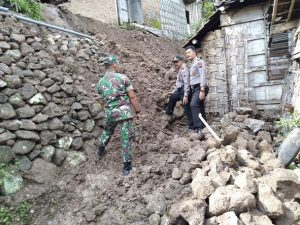 Tebing longsor yang menimpa dinding rumah warga di Desa Bendo, Kecamatan Sluke.