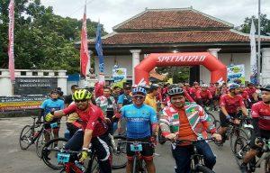 Wakil Gubernur Jawa Tengah, Bupati Rembang dan Kapolres Rembang pose bareng sebelum gowes.