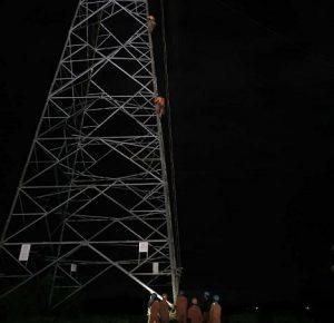 Upaya petugas PLN lembur hingga malam hari, guna menangani saluran udara tegangan tinggi yang ambruk di Rembang.