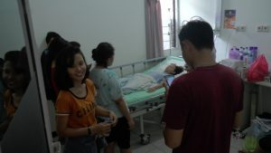Korban luka akibat tertimpa saluran udara tegangan tinggi PLN, menjalani perawatan di rumah sakit dr. R. Soetrasno Rembang, Rabu (26/02).
