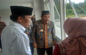 Bupati Rembang, Abdul Hafidz berbincang dengan Rektor Undip, Yos Johan Utama, usai peresmian kampus di pinggir Jl. Rembang – Blora, Kamis (06/02).