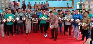 Usai membagikan bola, Bupati Rembang, Abdul Hafidz menendang bola untuk diperebutkan audiens di SMA N I Kragan, Jum'at (06 Maret 2020).