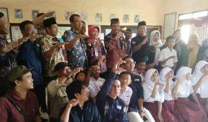 Bupati Rembang, Abdul Hafidz bersama warga dan pelajar menunjukkan kode telapak tangan terbang, sebagai simbol mengejar ketertinggalan.