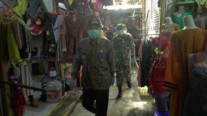 Bupati Rembang, Abdul Hafidz menyusuri lorong Pasar Rembang, Jum'at (27/03).
