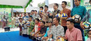 Pembagian bola untuk desa-desa se kecamatan Pancur. (Foto atas) Bupati Rembang, Abdul Hafidz bersama siswa dan kepala SMP N I Pancur, Jum'at (13/03).