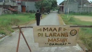 Warga Gang Kenari Desa Ngotet Rembang menutup akses gang mereka, untuk membatasi pendatang dari luar desa.