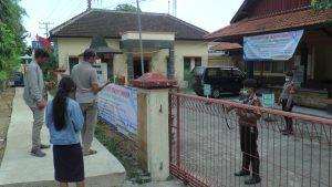 Anggota Polres Rembang ikut membantu pengamanan di kantor Dindukcapil, Jl. Pemuda Rembang, Kamis (26/03). Warga dilayani dari luar pagar kantor.