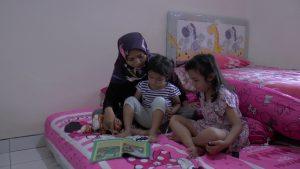 Dyah Ayu Puspitasari mendongeng di depan kedua anaknya, di Desa Tanjung, Kecamatan Sulang.