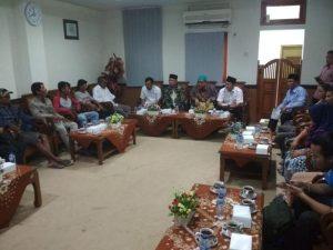 Suasana pertemuan di gedung DPRD Rembang. (Foto atas) Ketua DPRD, Majid Kamil berdialog dengan Sukinah, warga Desa Tegaldowo, Kecamatan Gunem.