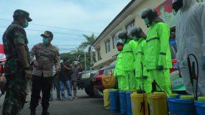 Kapolres Rembang, AKBP Dolly A. Primanto mengecek kesiapan anggotanya, dalam kegiatan penyemprotan desinfektan, untuk mencegah corona, Selasa (31/03).
