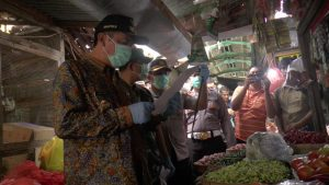 Suasana Forkopimda memantau harga kebutuhan pokok di Pasar Rembang, Jum'at (27/03).
