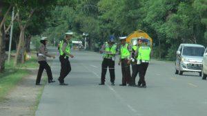 Polisi di TKP kecelakaan. (Foto atas) Bagian dalam mobil yang rusak berat, usai tabrakan dengan tronton.