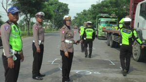 Polisi menggelar olah TKP lanjutan di jalur Pantura Desa Punjulharjo, Senin pagi. (Foto atas) Kasat Lantas Polres Rembang, AKP Sri Martini menunjukkan mobil Terios yang terlibat kecelakaan.