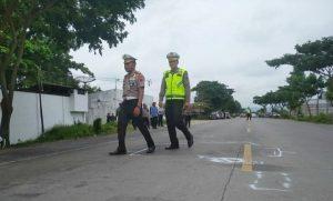Dirlantas Polda Jawa Tengah, Kombes Pol Subandriya mengecek TKP kecelakaan di jalur Pantura Desa Punjulharjo, Rembang, Selasa sore (10/03).