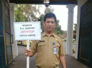 Pegawai Dinas Kebudayaan Dan Pariwisata menunjukkan papan tanda ditutupnya Museum Kartini Rembang. (Foto atas) Pantai Karangjahe Rembang, juga ditutup sementara waktu.