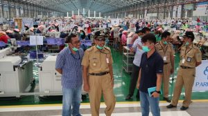 Bupati Rembang, Abdul Hafidz mendatangi pabrik sepatu, Senin (23/03).