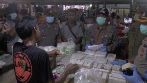 Pedagang tempe di Pasar Rembang. (Foto atas) Penjual jas hujan di sebelah barat Makolantas Polres Rembang.