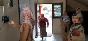Pegawai negeri di Rembang melakukan finger print, sebelum pulang, Senin sore (16/03).