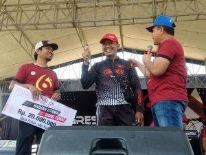 Kahari (tengah topi merah) tersenyum lepas, setelah diumumkan meraih hadiah utama dalam kegiatan sepeda santai yang digelar PT. Semen Gresik di Rembang, Minggu (15/03).