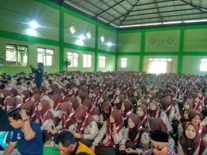Salah satu siswa SMA di Kab. Rembang, mereka nantinya akan diliburkan. (Foto atas) Sekelompok siswa SD N di Kecamatan Bulu, ketika pulang sekolah.