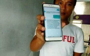 Ketua PWI Kab. Rembang, Musyafa' menunjukkan sms penipuan berkedok meminta bantuan biaya operasi, yang banyak menyasar kalangan anggota DPRD.