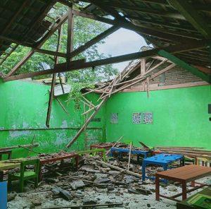Atap bangunan TK Desa Nglojo Kecamatan Sarang ambruk. (Foto atas) Warga Dusun Ngelak Desa Tasikharjo dibantu petugas BPBD memperbaiki atap rumah.